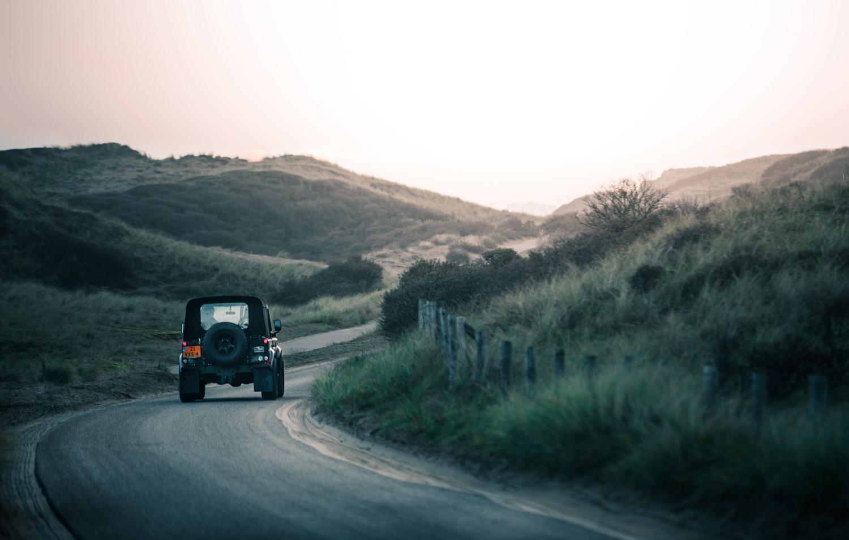 Leeuwenkamp Land Rover driving through the dunes